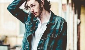 """Hozier Covers Arctic Monkeys' """"Do I WannaKnow?"""""""