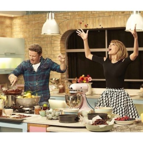 "Taylor Swift and Jamie Oliver ""Bake It Off"" For Charity"